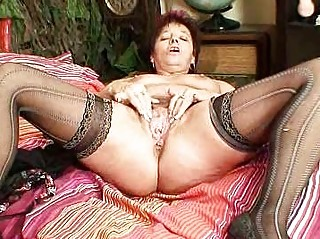 mature amateur mom squeezing her slit muscles
